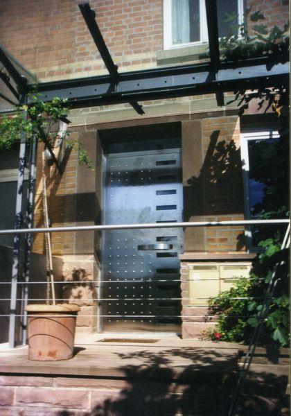 Haustüre aus Edelstahl mit Überdachung 1997