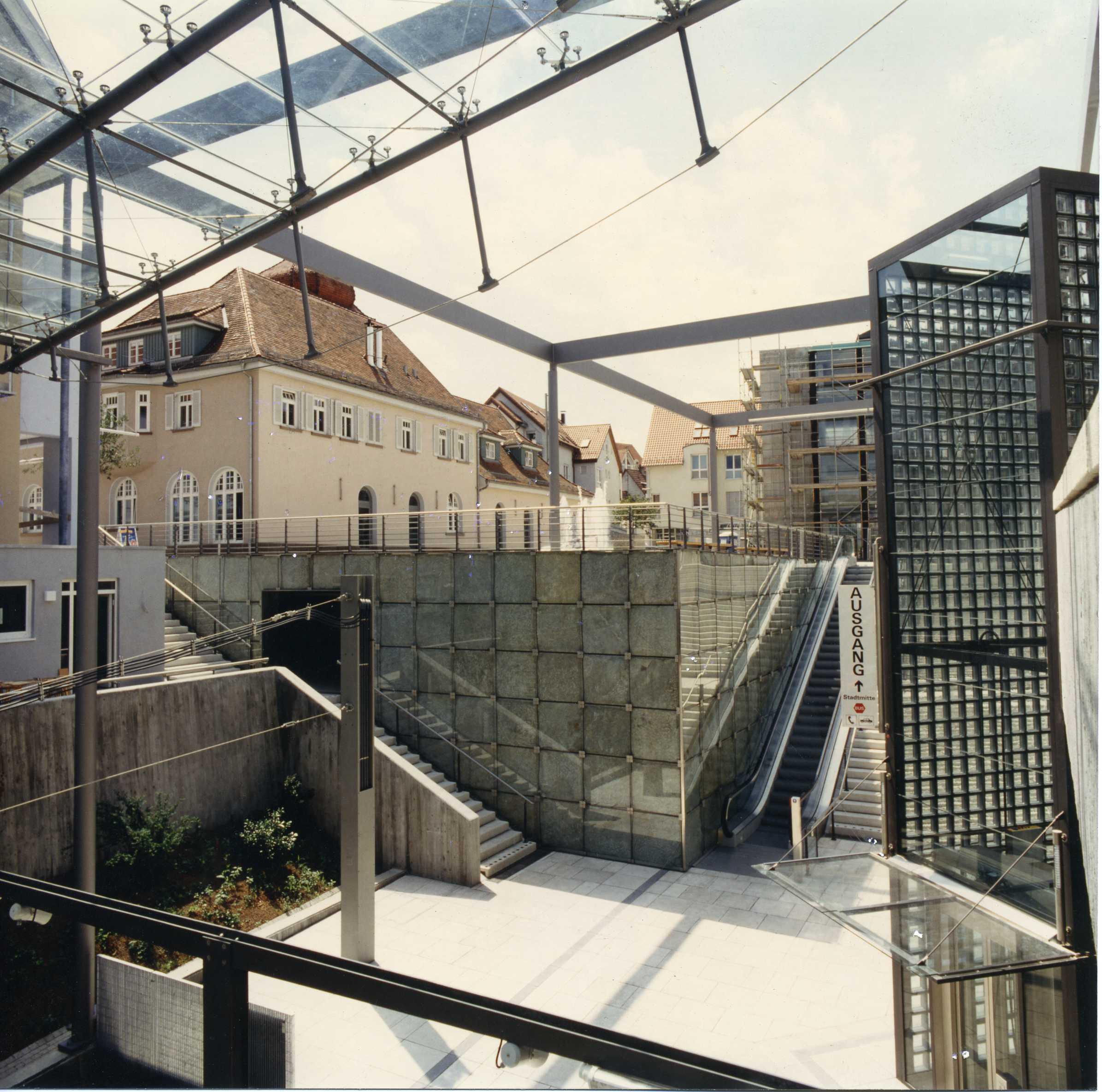 Stadtbahnendhaltestelle Gerlingen, verglaste Felswand, Gerlingen 1997