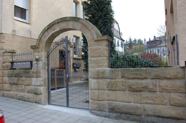 Toranlage und Zaun